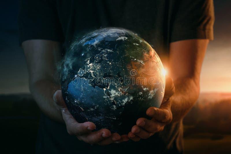 Pianeta Terra in mani umane fotografia stock