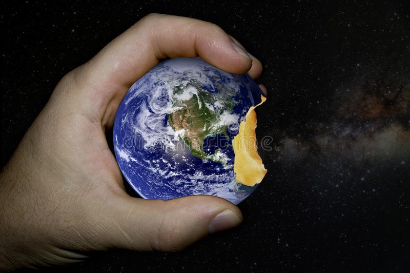 Pianeta Terra sotto forma di mela pungente fotografia stock