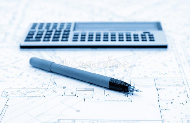 Piani architettonici, calcolatore ed utensile di disegno fotografia stock libera da diritti