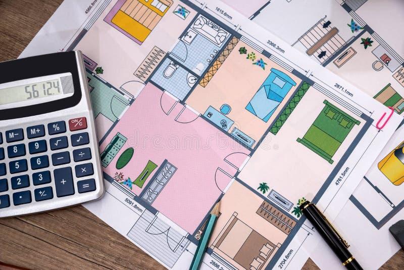 Piani architettonici per il disegno di progetto con la matita, calcolatore fotografia stock