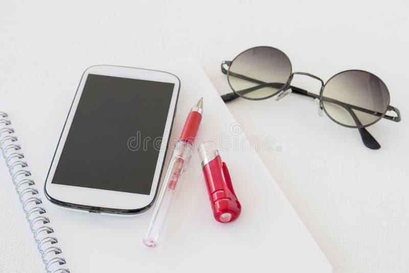 Pianificatore del taccuino con il calendario e telefono cellulare per l'affare fotografie stock libere da diritti