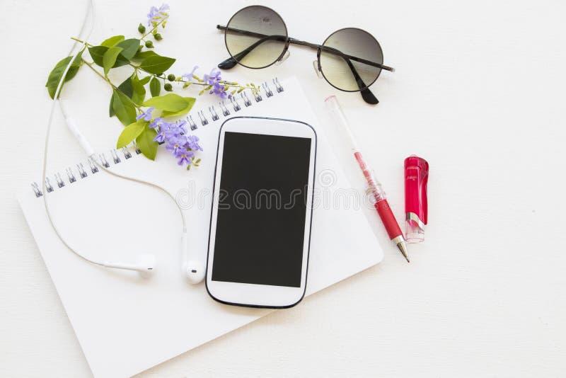 Pianificatore del taccuino con il calendario e telefono cellulare per l'affare fotografia stock