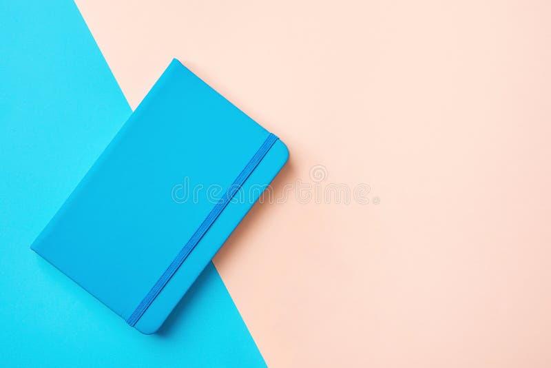 Pianificatore di giorno del fondo di istruzione di affari con la banda elastica su fondo rosa blu bitonale Stile minimalista fotografie stock