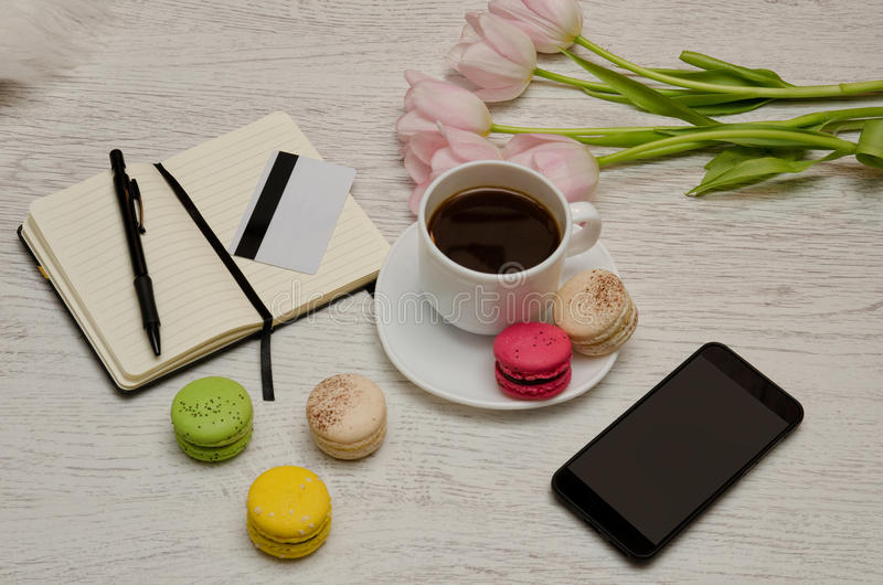 Pianificazione degli affari Tazza di caffè con il dessert, un blocco note, una carta di credito ed il telefono cellulare Concetto immagine stock