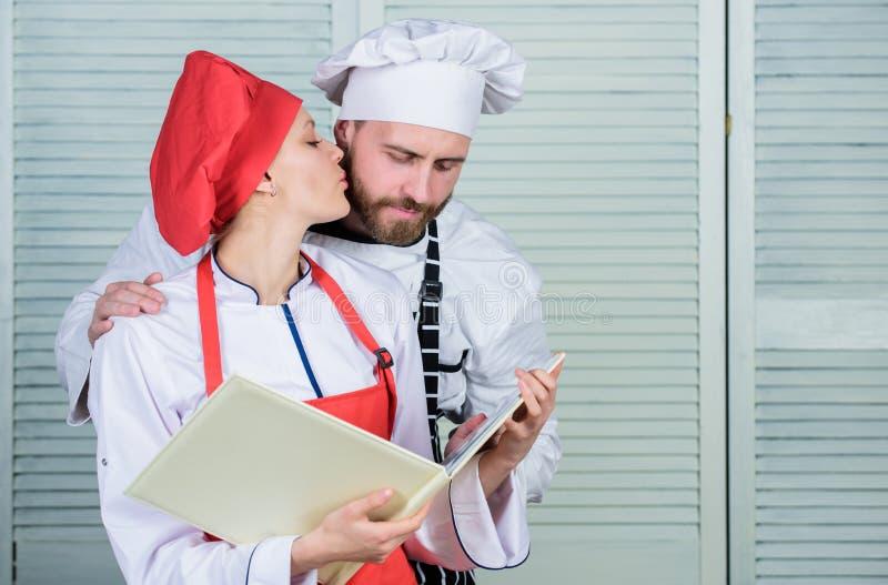 Pianificazione del menu cucina culinaria Ingrediente segreto dalla ricetta Uniforme del cuoco cuoco unico della donna e dell'uomo immagini stock libere da diritti