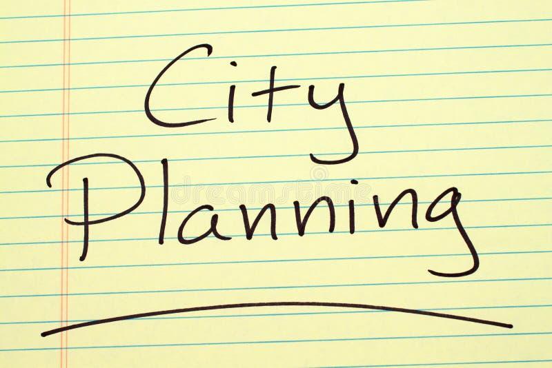 Pianificazione della città su un blocco note giallo fotografia stock libera da diritti
