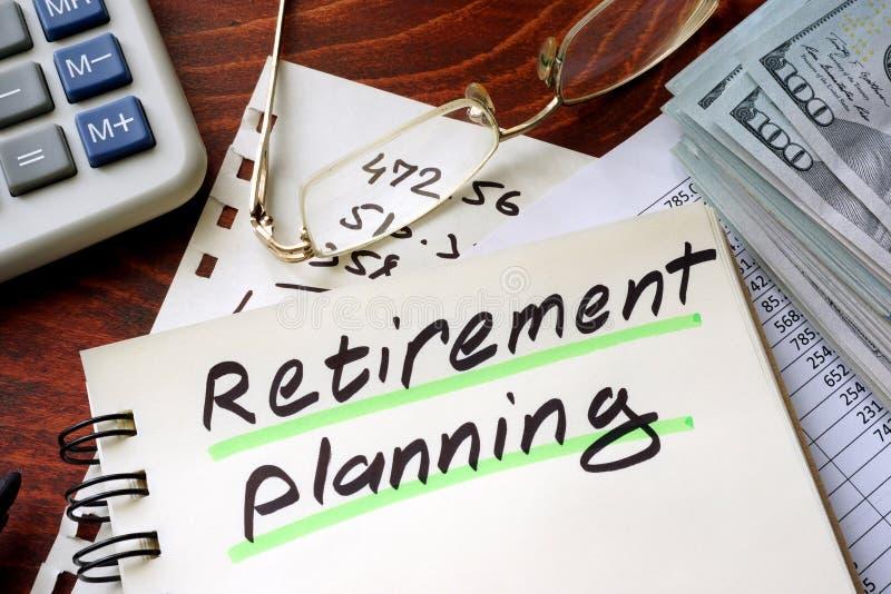 Pianificazione di pensionamento scritta su un blocco note fotografie stock