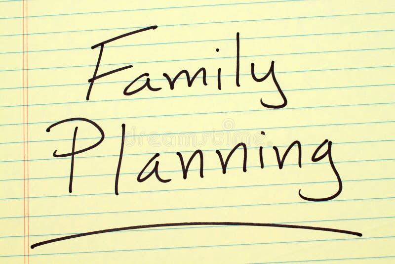 Pianificazione familiare su un blocco note giallo immagine stock libera da diritti