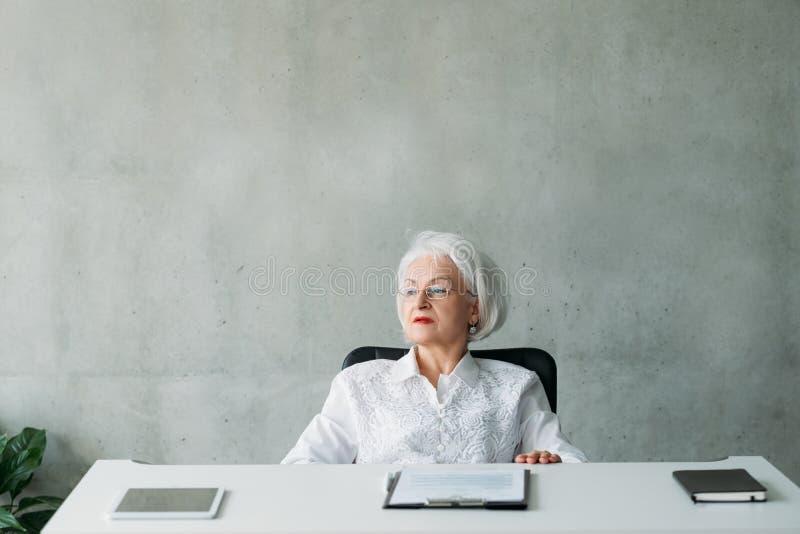 Pianificazione senior di proposito della donna di affari fotografie stock libere da diritti