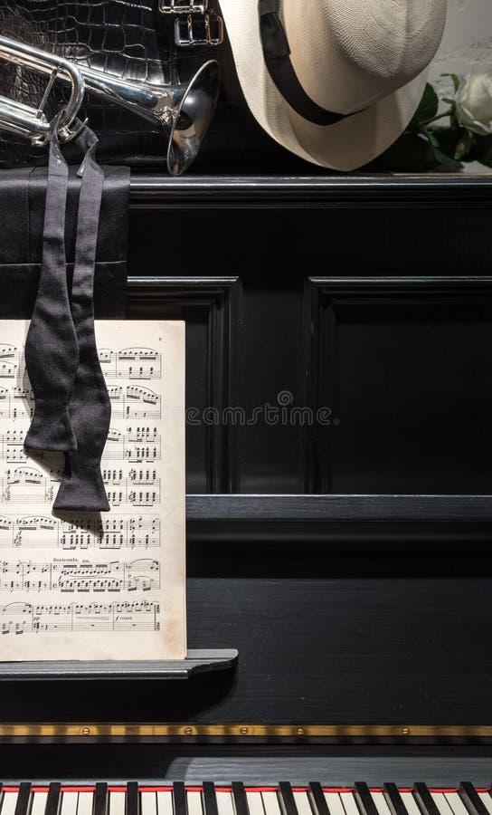Pianina, muzyki & łęku krawat, zdjęcia royalty free