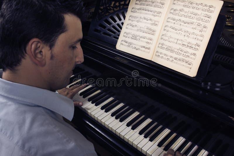 pianino gra człowieka zdjęcia stock