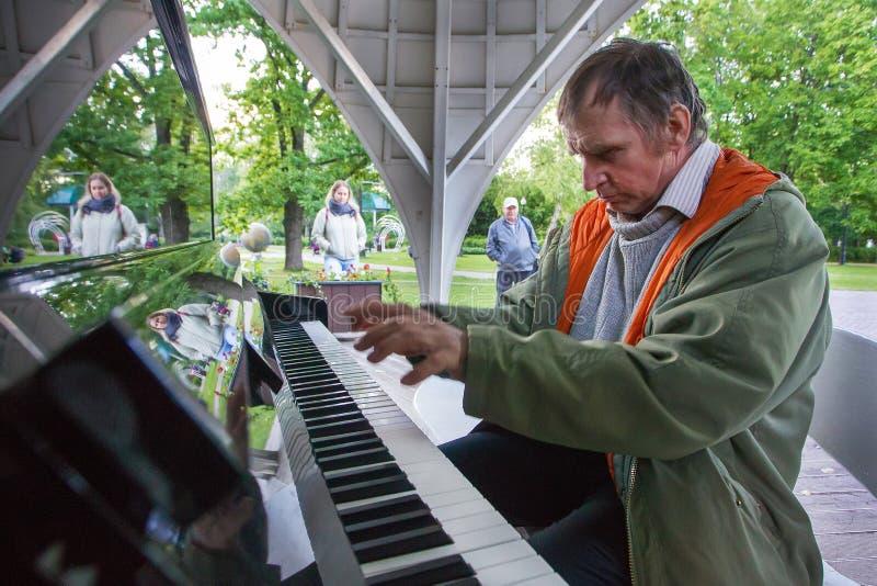 pianino gra cz?owieka Sokolniki park Moskwa zdjęcie stock