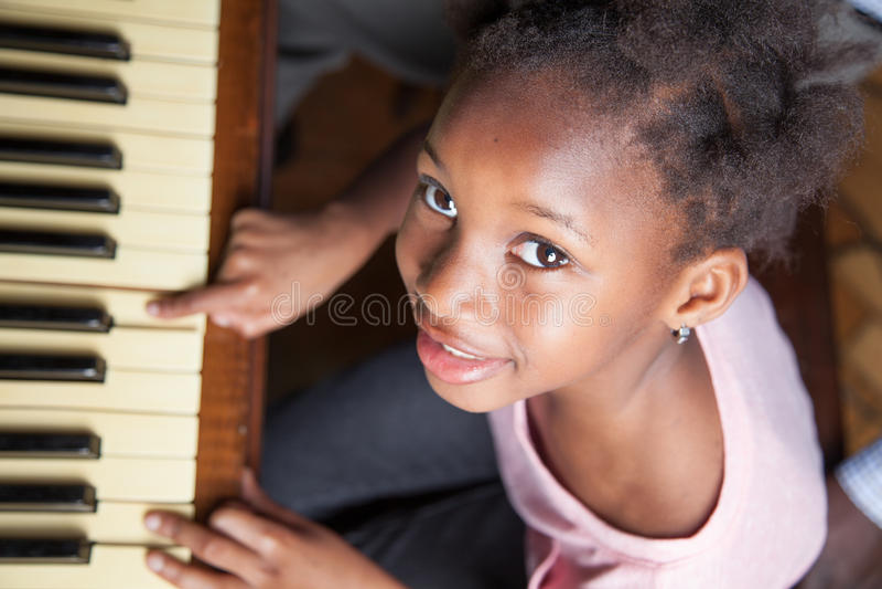 pianino gra dziewczynę obraz stock