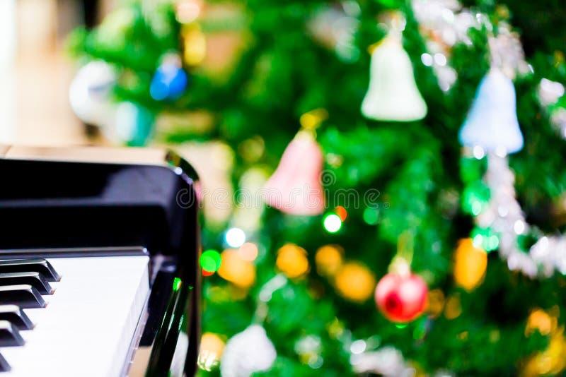 Pianino i połysk choinka dla boże narodzenie wakacje backgrou zdjęcie royalty free
