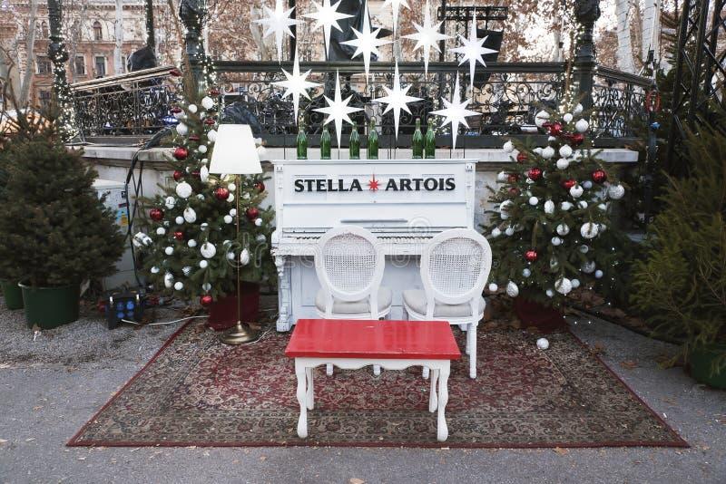 Pianino ustawiający jako dekoracja przy bożymi narodzeniami Wprowadzać na rynek w mieście Zagreb, Chorwacja zdjęcie stock