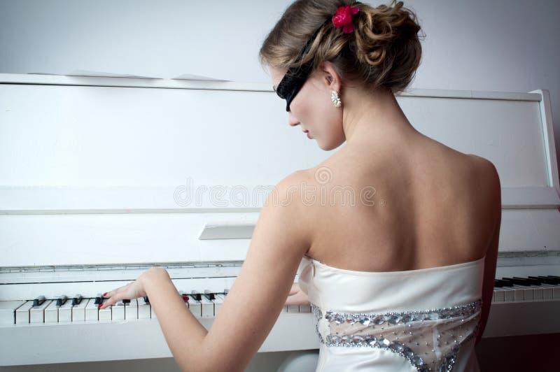 Pianist in het masker royalty-vrije stock fotografie