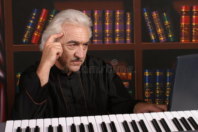 Pianist im Schwarzen stockbild