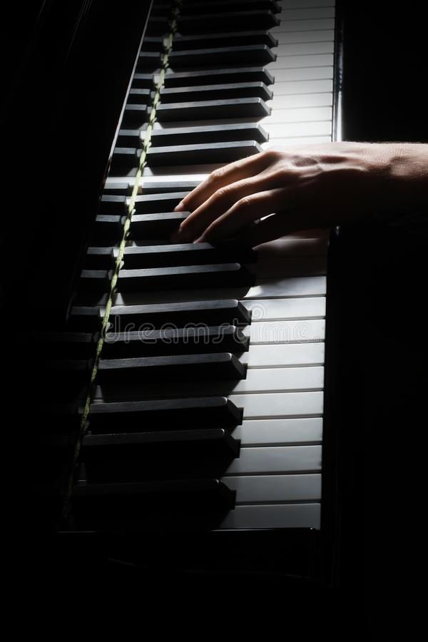 Pianist med det klassiska musikinstrumentet för flygel Pianisthänder som spelar flygeln royaltyfria foton