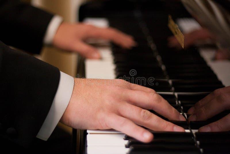 Pianist met groot piano klassiek muzikaal instrument royalty-vrije stock fotografie