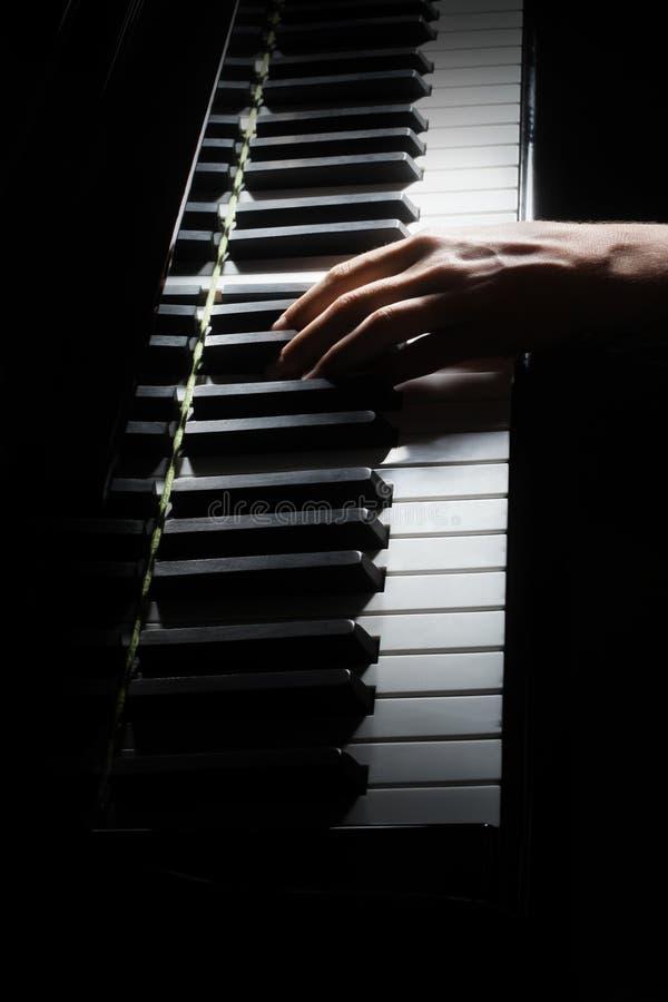 Pianist met groot piano klassiek muzikaal instrument Pianisthanden die grote piano spelen royalty-vrije stock foto's