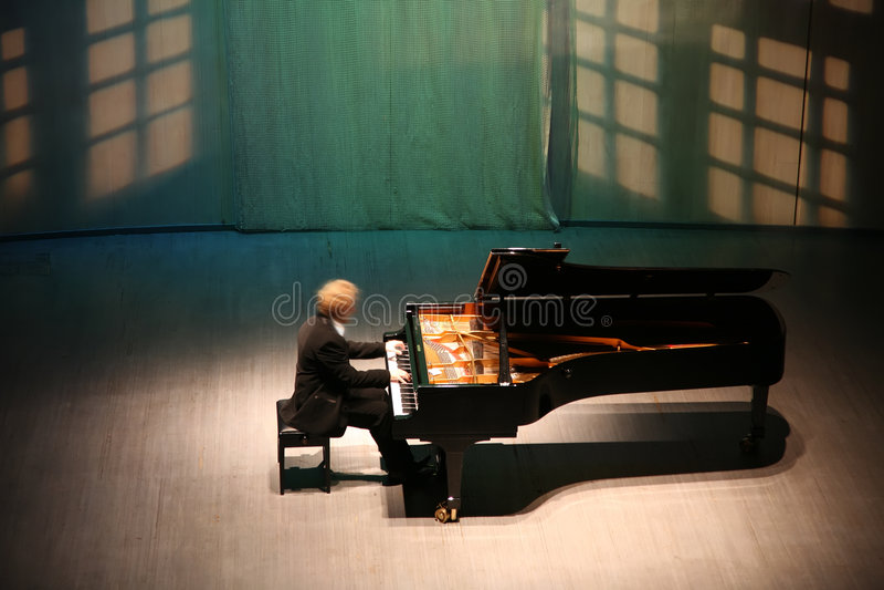 Pianist nach dem Klavier lizenzfreies stockfoto