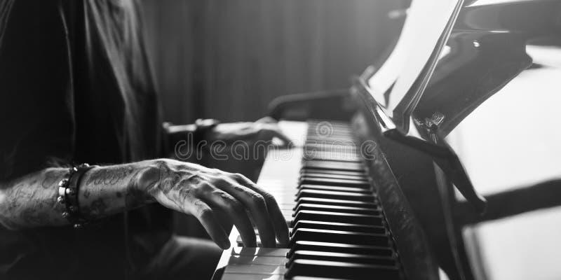 Pianist Practicing op een Grote Piano met klassiek muziekconcept stock afbeeldingen