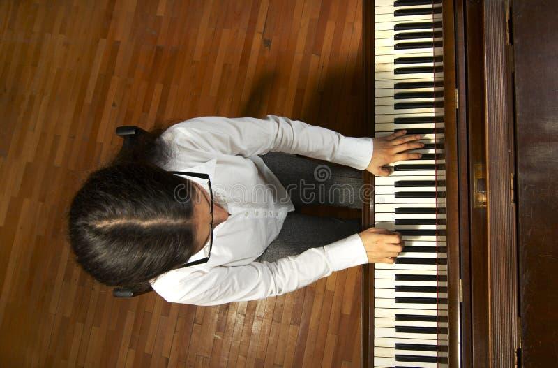 Pianista dotado en el Piano-6 foto de archivo