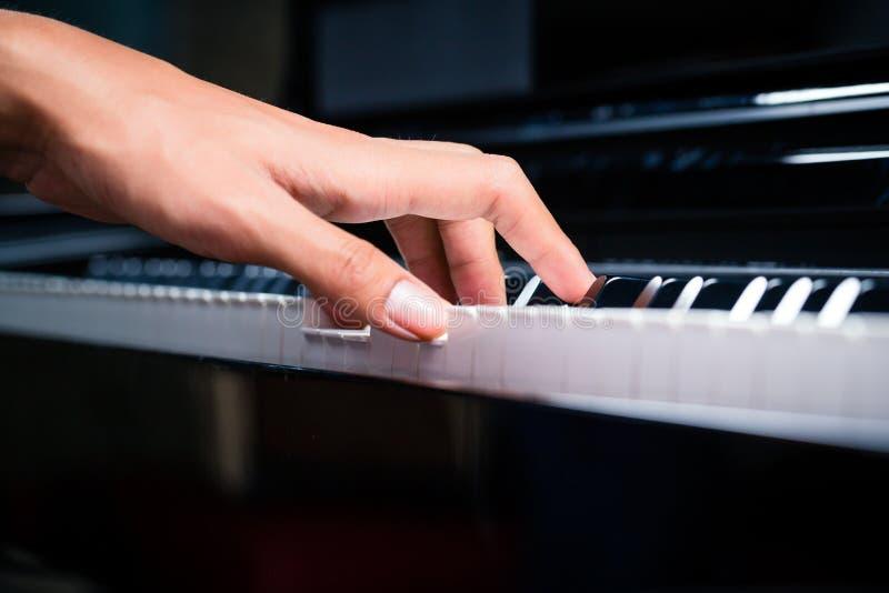 Pianista maschio asiatico che gioca piano in studio di registrazione immagine stock libera da diritti