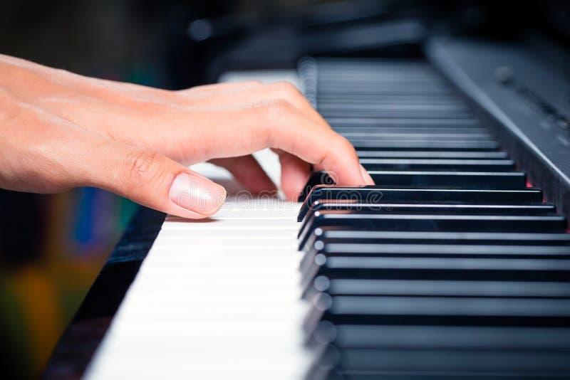 Pianista maschio asiatico che gioca piano in studio di registrazione immagine stock