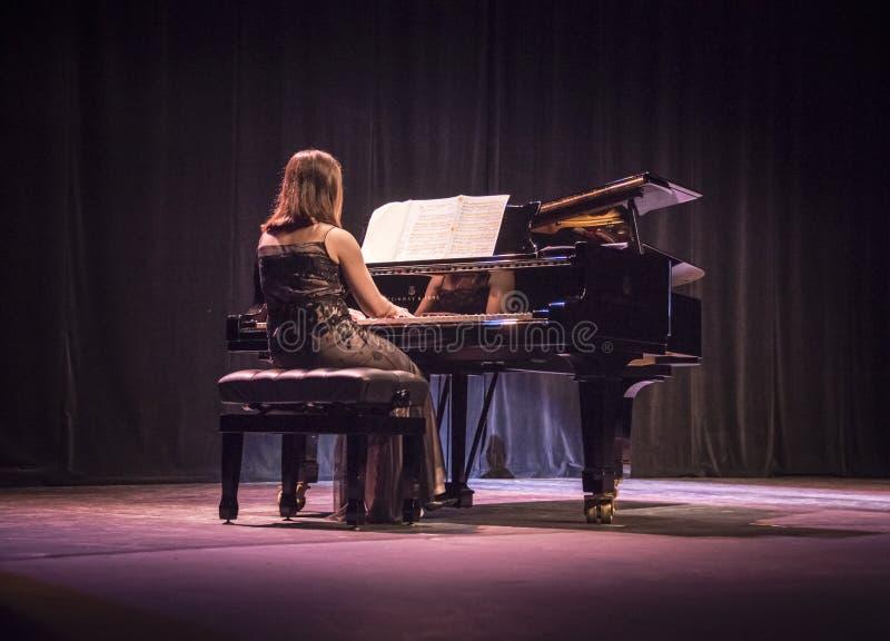 Pianista na scenie przy fortepianowym koncertem zdjęcia stock
