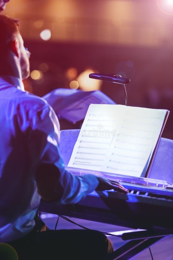 Pianista que juega el piano en etapa imagen de archivo libre de regalías