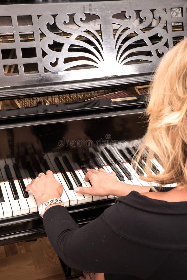 Pianiste avec l'instrument de musique classique de piano à queue photographie stock libre de droits