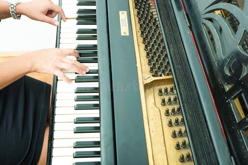 Pianiste avec l'instrument de musique classique de piano à queue photos stock