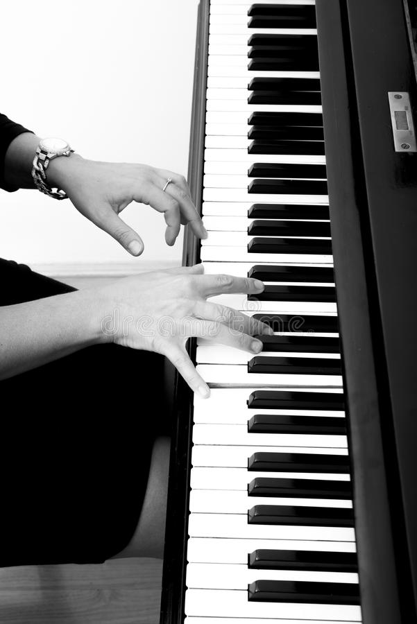 Pianiste avec l'instrument de musique classique de piano à queue images libres de droits