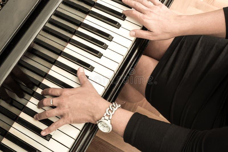 Pianiste avec l'instrument de musique classique de piano à queue images stock