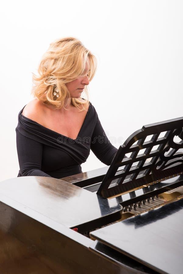 Pianiste avec l'instrument de musique classique de piano à queue photos libres de droits