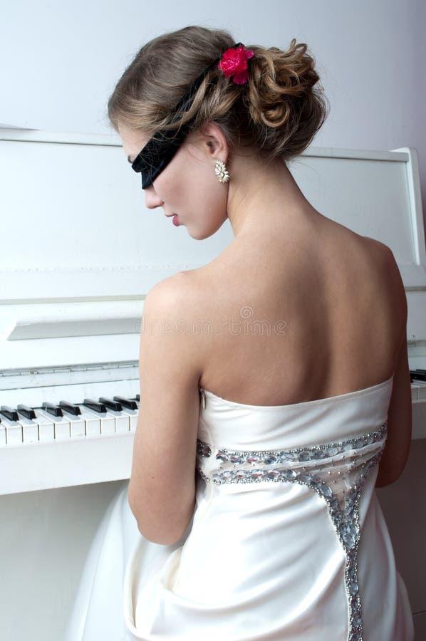 Pianiste dans le masque image stock