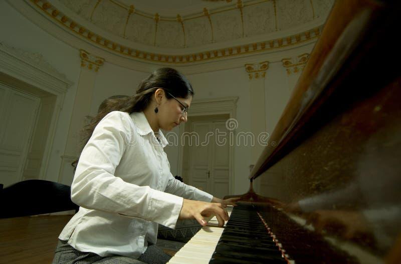 Pianiste doué au piano photographie stock libre de droits