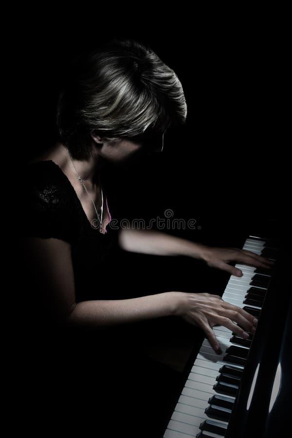 Pianiste grand Pianiste jouant le concert de piano photo stock