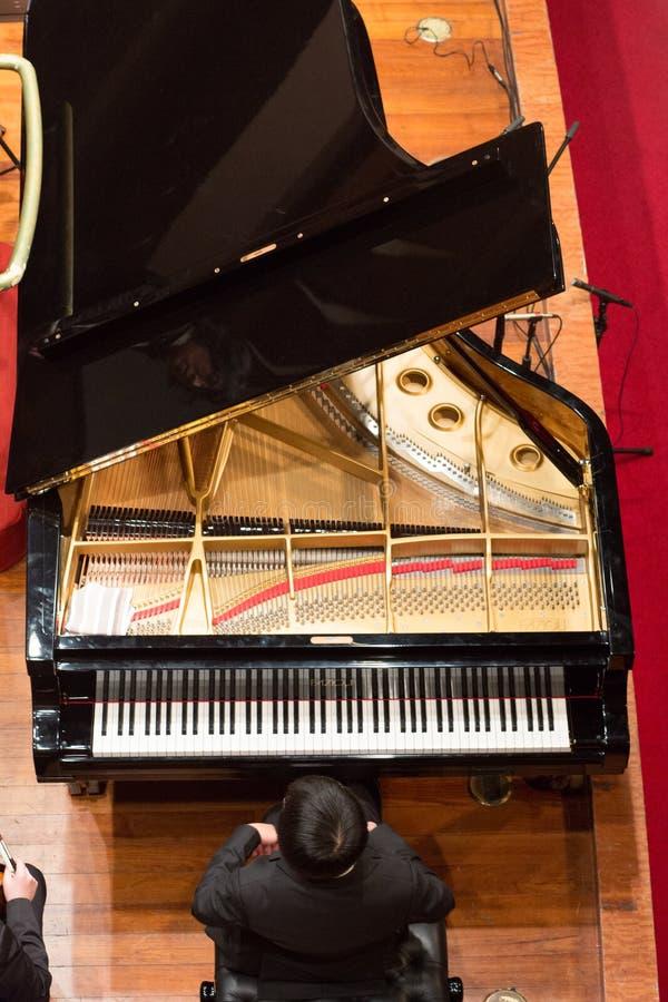 Pianiste jouant dans un concert de musique classique à l'escroquerie de Changhaï images libres de droits