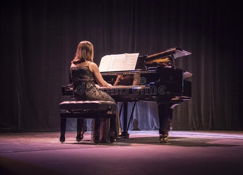 Pianiste sur l'étape à un concert de piano photos stock