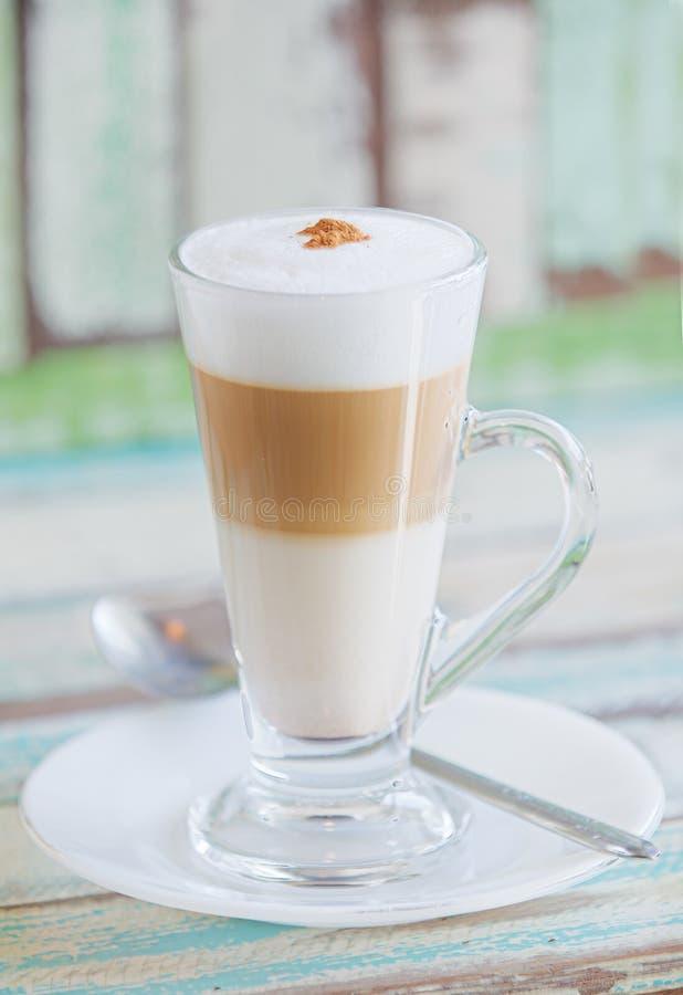 Piankowaty, płatowaty cappuccino w jasnym szklanym kubku, obraz stock