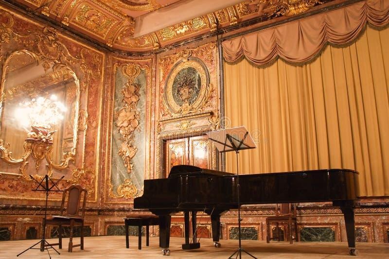 Piano à queue de concert dans le manoir de Polovtsov photo libre de droits