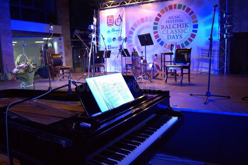 Piano à queue et l'étape après concert image stock