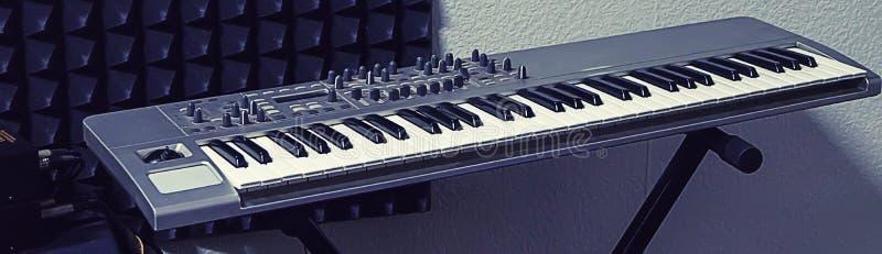 Piano électronique, synthétiseur au studio d'enregistrement photos stock