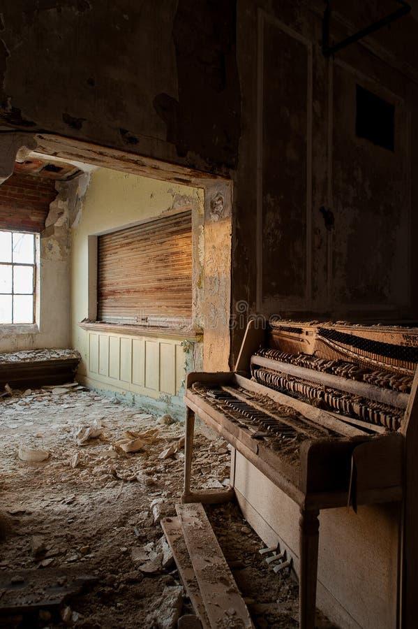 Piano abandonado - abandonou o alojamento maçônico - Cleveland, Ohio fotos de stock royalty free