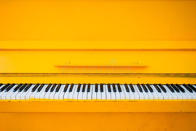 Piano amarillo del vintage imágenes de archivo libres de regalías