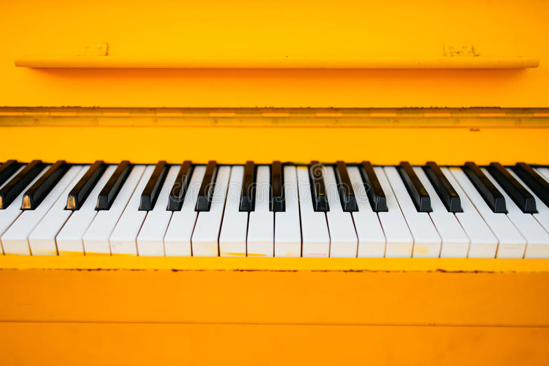 Piano amarillo del vintage fotos de archivo