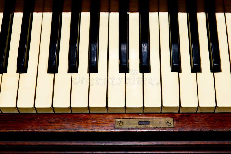 Piano antiguo - primer del teclado fotografía de archivo libre de regalías