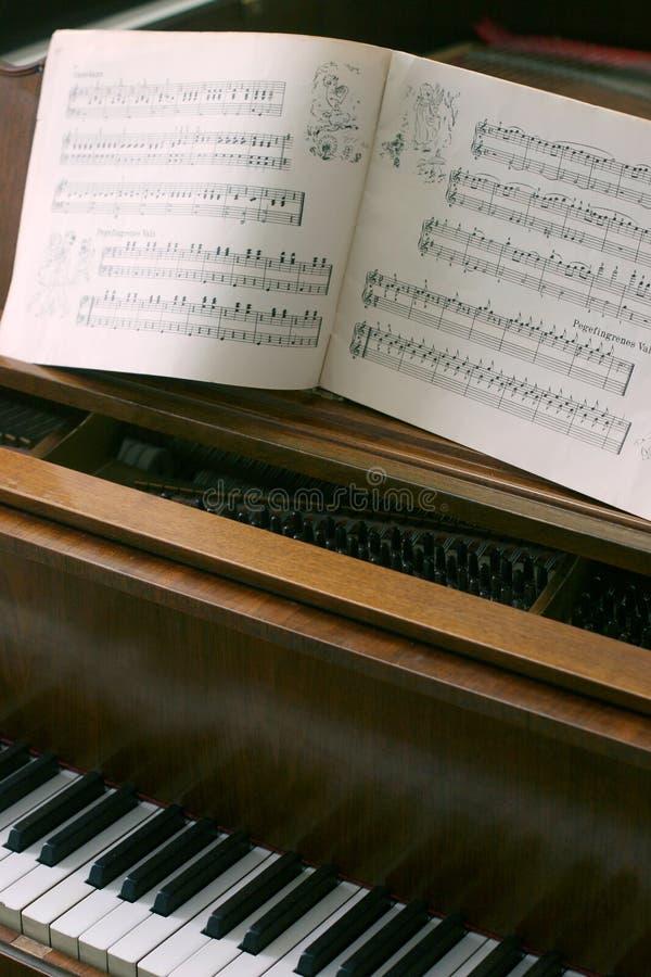 Piano avec des notes de musique photographie stock